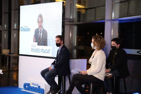 Artur Mas, en la pantalla durante un acto del PDECat con su candidata a la Generalitat, Àngels Chacón