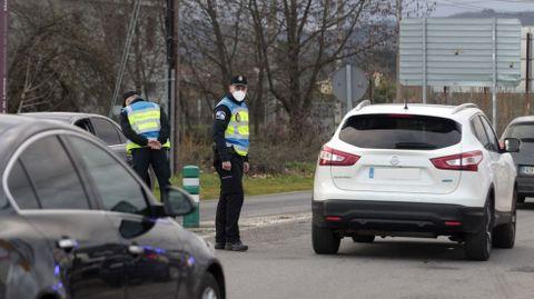 Agentes de la Policía Local, en un control hace unos días en la carretera de Chantada