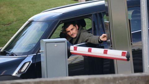 Iker Casillas sale con el coche del hospital donde está ingresada Sara Carbonero