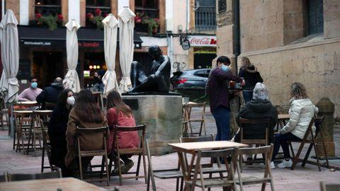Varias personas consumen en una terraza en Oviedo