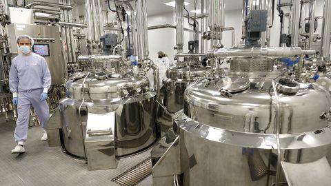 Tanques para el cultivo celular en la plana de Biofabri, O Porriño. El medio de cultivo del virus son las propias células.