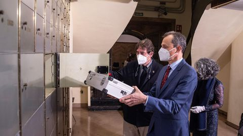 El ministro de Ciencia, Pedro Duque, deposita en la Caja de las Letras del Instituto Cervantes un legado «in memoriam» del Nobel Severo Ochoa