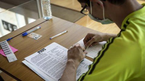 Imagen de archivo de un alumno haciendo la selectividad el año pasado en Ourense