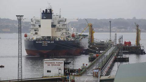 Un petrolero, este jueves, descargando en los muelles de A Coruña.
