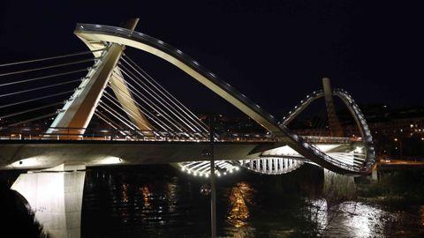 El diseño y la iluminación del Puente del Milenio lo convierten en un tesoro de la ciudad