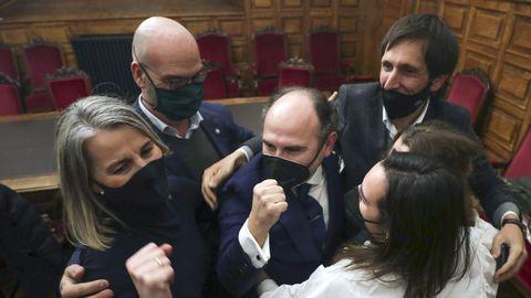 Ignacio Villaverde celebra con sus colaboradores y con sus hijas su triunfo en las elecciones al rectorado de la Universidad de Oviedo
