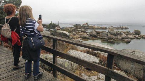 A Illa se puede recorrer andando y  disfrutar de sus espacios naturales es un lujo, tambien en invierno
