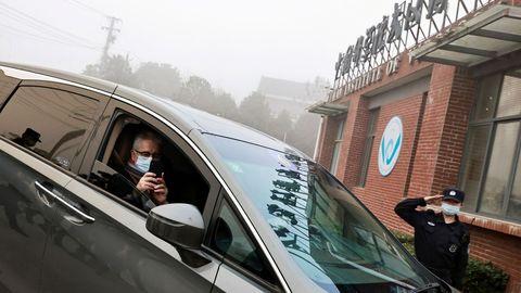 Dominic Dwyer, en una imagen del pasado día 3 cuando llegaba al Instituto de Virología de Wuhan