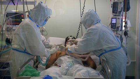 Un paciente, en la unidad de cuidados intensivos del Hospital Montecelo, en Pontevedra