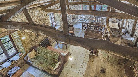 Este molino de Vilasantar, transformado en vivienda, conserva buena parte de la maquinaria de su pasado industrial