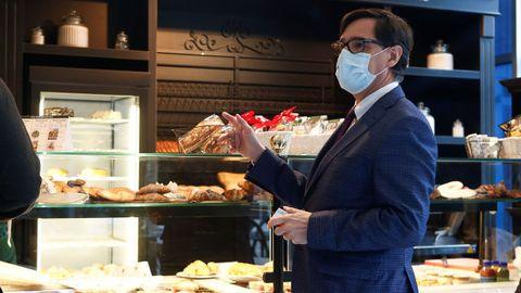 Salvador Illa, este lunes, en una panadería de Barcelona