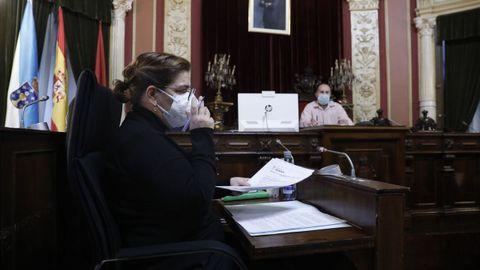Flora Moure, del PP, con Gonzalo Pérez Jácome al fondo, en una reunión de la Junta de Gobierno Local