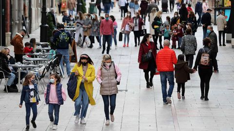 Varias personas pasean por una calle del centro de Oviedo
