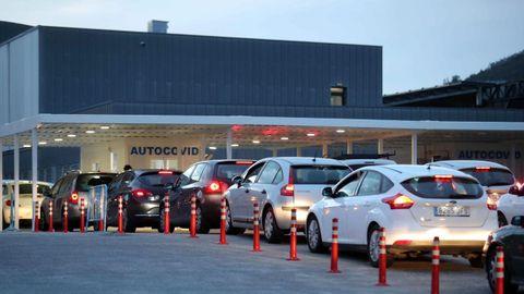 Varios vehículos hacen cola en el autocovid del HUCA