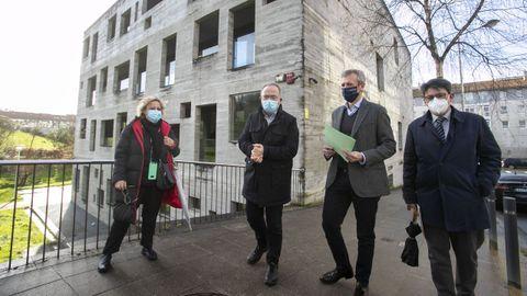 El vicepresidente de la Xunta, Alfonso Rueda, y el alcalde de Santiago, Xosé Sánchez Bugallo, visitan la parcela que acogerá la nueva sede del Imelga