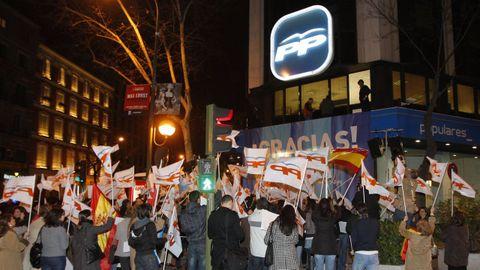 MARZO 2009. Simpatizantes del PP celebrando en la sede de la calle Génova la victoria de los populares en las elecciones gallegas