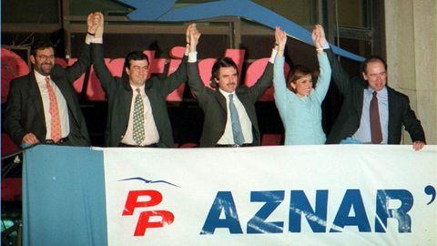 MARZO 1996. Rajoy, Cascos, Aznar, Botella y Rato celebran la victoria histórica en las elecciones generales, en las que el PP sumó 156 diputados, 15 más que el PSOE