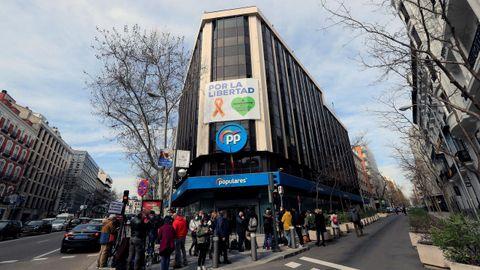 FEBRERO 2021. Periodistas y reporteros gráficos ante la sede del Partido Popular el día en el que se anuncia que los populares abandonarán esta sede para romper con el pasado