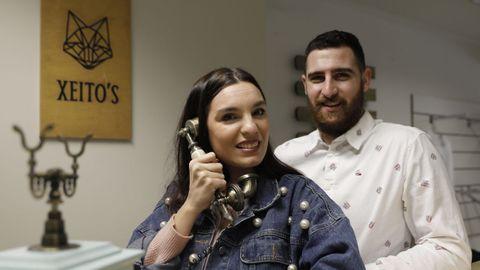 Lucía Sequeiros y Guille Blanco son la pareja que ha creado la tienda ourensana Xeitos
