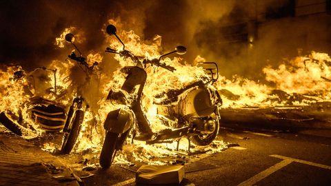 Motos quemadas en los disturbios producidos en Barcelona durante las protestas por el encarcelamiento del rapero Pablo Hasél