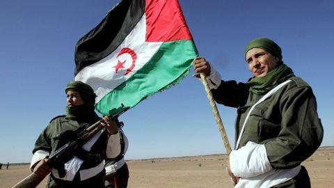Mujeres soldado con una bandera de la República Árabe Democrática del Sahara durante un desfile en Tifariti