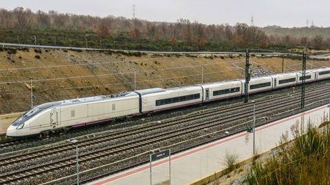 El Avril, estacionado en la nueva terminal de alta velocidad de Sanabria, desde donde parte para hacer las pruebas de homologación