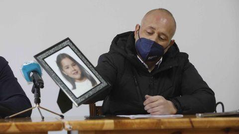 José Manuel Leal, sujetando una foto de hija Desirée, visiblemente emocionado
