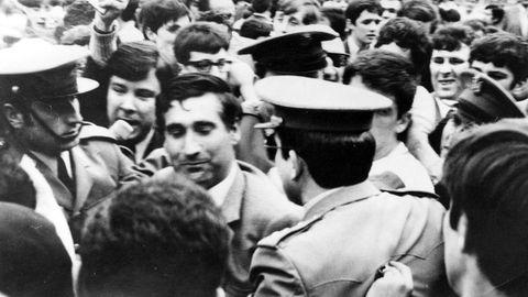 Arsenio Iglesias se encamina a los vestuarios, protegido por la Policía Armada, después de que el Deportivo lograse el ascenso a Primera en 1971.