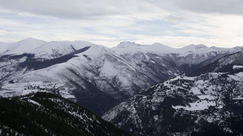 As montañas nevadas conforman unha paisaxe de película nos Ancares