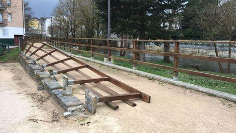 Una de las barandillas que bordea el paseo del río en Sarria cayó por el viento