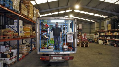 Antonio carga uno de los camiones de Villalbesa de Alimentación en su sede de Vilalba