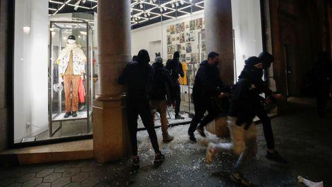 Los manifestantes saquearon este sábado varias tiendas del centro de Barcelona
