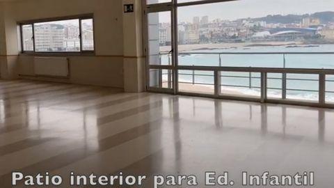 Los colegios enseñan sus instalaciones, algunas espectaculares, como el patio interior de educación infantil en Salesianos (A Coruña) con vistas a la playa del Orzán-Riazor