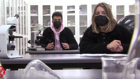 Rafa y Alba, dos alumnos del IES Blanco Amor de Ourense, recorren las instalaciones del centro, de los jardines a los laboratorios, para explicar a los internautas las ventajas de estudiar ahí