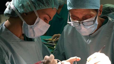 Ana Pastor, neurocirujana  del CHUO, a la derecha, en medio de una intervención quirúrgica