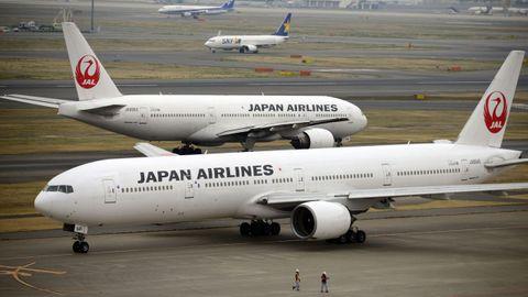Los aviones Boeing 777 de Japan Airlines,  en una pista del aeropuerto de Haneda en Tokio