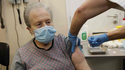Vacunación de mayores de 80 años en el centro de salud de Viveiro