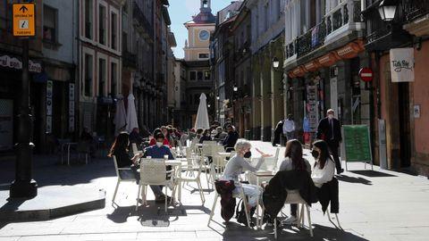 Clientes de un bar de Oviedo consumiendo en la terraza