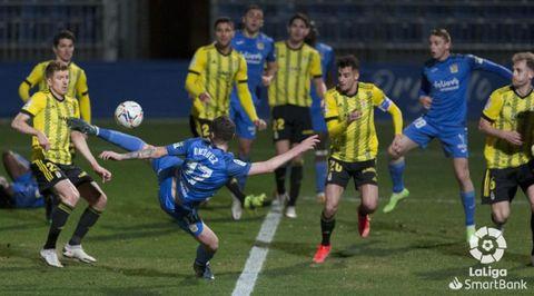 Momento en el que Diéguez dispara para hacer el 1-1 ante el Oviedo