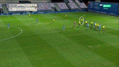 Falta lateral. 1-Leschuk, único futbolista del Oviedo en zona. Todos los demás, pendiente de la marca