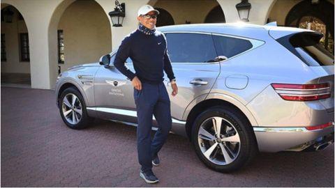 Tiger Woods, junto al vehículo Genesis GV80 con el que sufrió el accidente