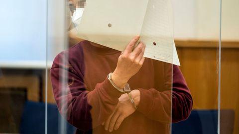El acusado se cubre la cara durante la vista