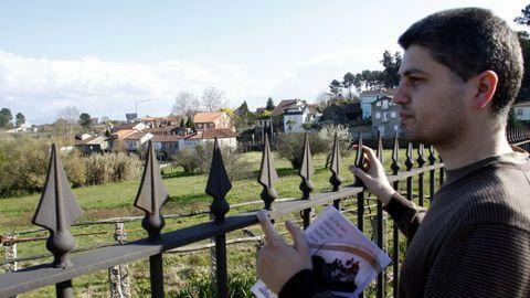 David González, ante  la casa de un familiar Carmen Martin Gaite en Piñor Barbadas