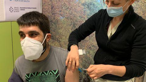 Para aprovechar la vacuna de AstraZeneca, no recomendada para mayores de 65, el Sergas comenzó a vacunar el pasado 23 de enero a los profesores. En la imagen, una sanitaria del Hospital Clínico de Santiago inyecta la primera dosis a un docente