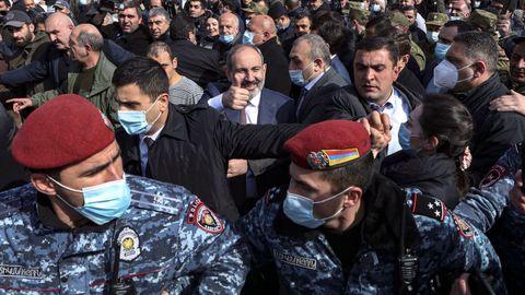 El primer ministro armenio, rodeado de seguidores y fuerzas de seguridad