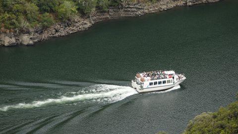 Una de las embarcaciones turísticas que cubren las rutas turísticas del cañón del Sil