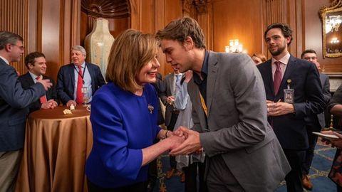 Alex Segura charla con la presidenta del Congreso de Estados Unidos, Nancy Pelosi