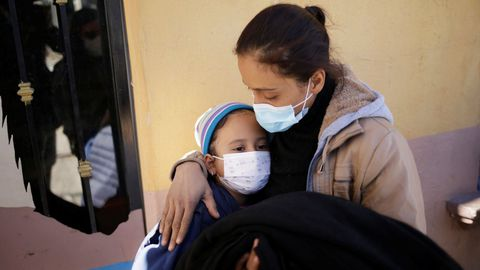 Un mujer y su hija, en el puente fronterizo con México tras ser deportadas de  Estados Unidos