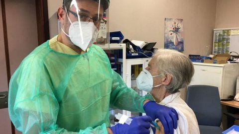 El pobrense Pablo Domínguez administrando una vacuna contra el covid esta semana