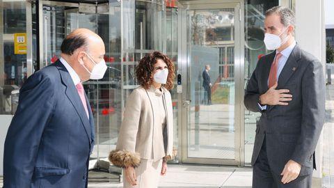 El rey Felipe VI recibe el saludo del presidente de la Cámara de Comercio de España, José Luis Bonet, en presencia de la ministra de Hacienda, María Jesús Montero